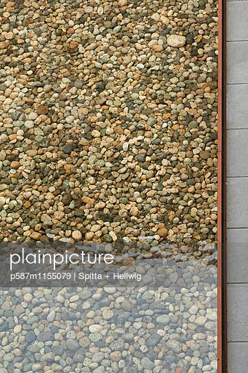 Kieselsteine im Teich - p587m1155079 von Spitta + Hellwig