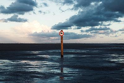 Reitverbotschild im Wattenmeer - p1574m2158141 von manuela deigert