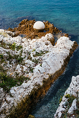 Ball-shaped sculpture on the adriatic coast of croatia - p728m2027213 by Peter Nitsch