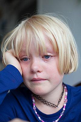 Weinendes Mädchen - p906m1362773 von Wassily Zittel