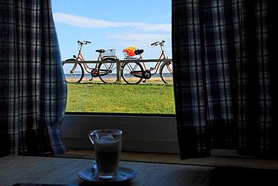 Fahrraeder auf dem Deich - p9792342 von Mayall