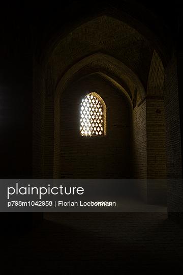 Sonnenstrahlen erhellen die Freitagsmoschee in Isfahan - p798m1042958 von Florian Löbermann