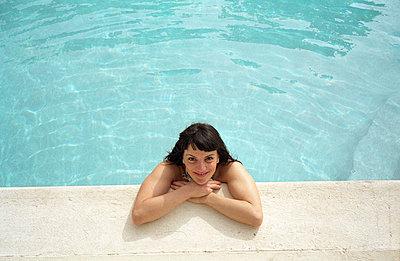 Woman in pool - p0450629 by Jasmin Sander