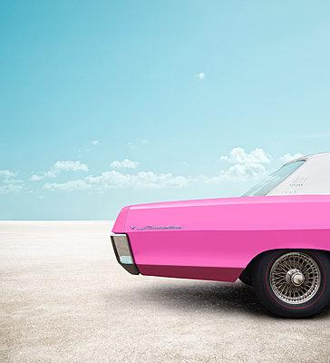 Pinkfarbener Pontiac Laurentian am Strand von Sankt Peter-Ording (Composing) - p1162m1508340 von Ralf Wilken