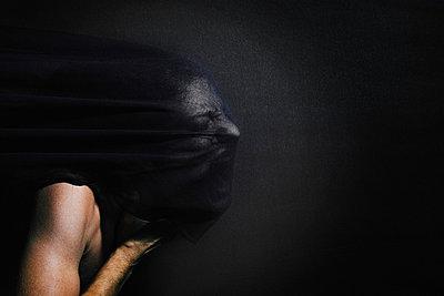 Schreiender Mann mit Schleier - p1180m987370 von chillagano