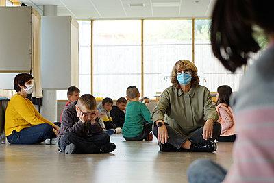 Gym at school during coronavirus - p1610m2215919 by myriam tirler