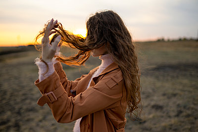 Young woman with long hair at sunset - p1646m2232028 by Slava Chistyakov