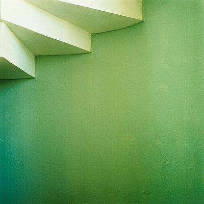 Grüne Wand unter Treppe - p3840090 von Sehnaz