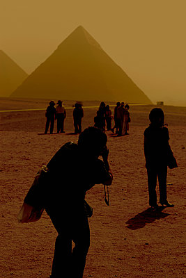 Tourist taking pictures, Giza, Egypt - p1028m1586925 by Jean Marmeisse