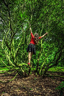 Frau in einem Gebüsch im Park - p248m2147882 von BY
