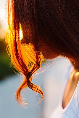 Profile  of redheaded woman at backlight - p300m2029109 von Giorgio Fochesato