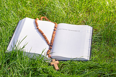 Bible with rosary on green grass - p300m2041679 by Christine Müller