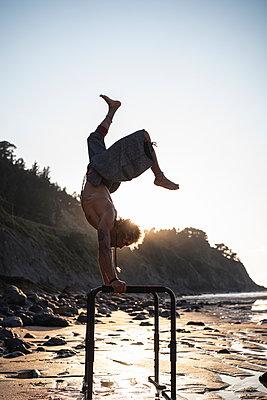FITNESS AFRICAN AMERICAN BOY ON THE BEACH, LAGA BEACH, BASQUE COUNTRY, SPAIN - p300m2221685 von SERGIO NIEVAS