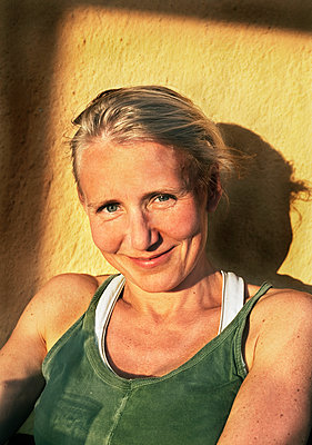 Smiling woman looking at camera - p312m2285501 by Pernille Tofte