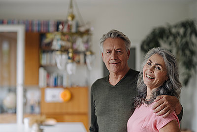 Portrait of a happy senior couple at home - p300m2154908 by Gustafsson