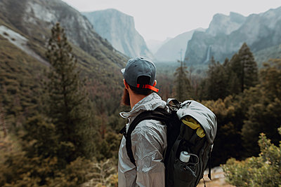 Hiker exploring nature reserve, Yosemite National Park, California, United States - p924m2127231 by Peter Amend