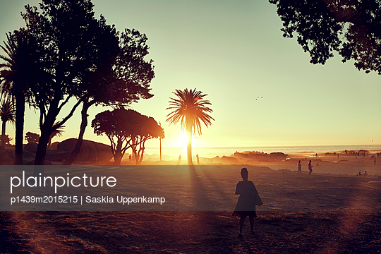 Frau am Strand bei Sonnenuntergang - p1439m2015215 von Saskia Uppenkamp