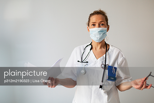 Female doctor wearing face mask - p312m2190323 by Lisa Öberg