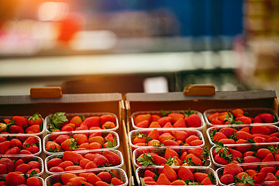 Strawberries at Farmers' market - p1166m2194037 by Cavan Images