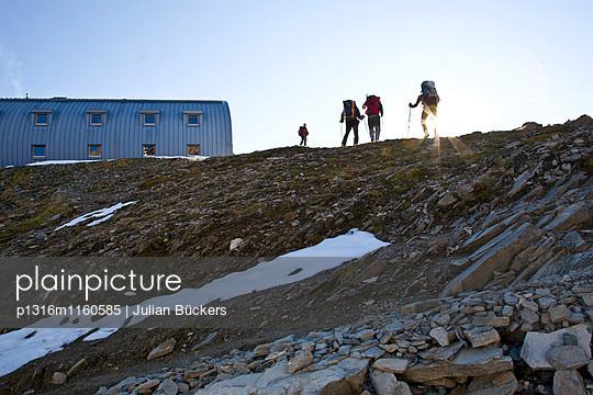 Bersteiger erreichen Stüdlhütte bei Sonnenuntergang, Großglockner, Tirol, Österreich - p1316m1160585 von Julian Bückers