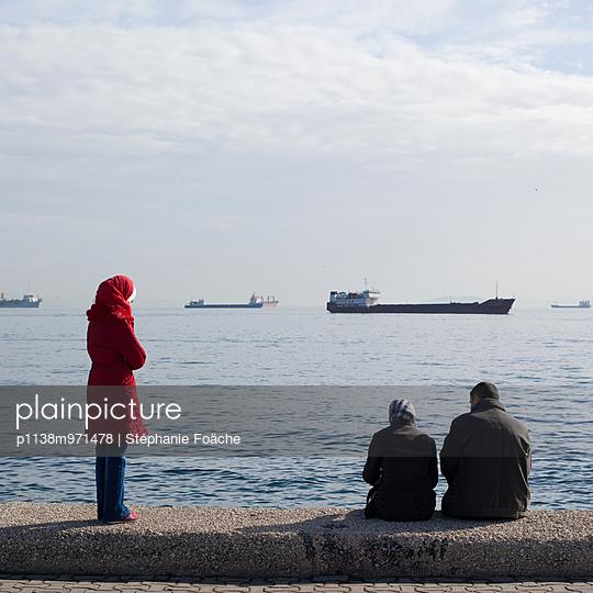 Turkish family at the Marmara sea - p1138m971478 by Stéphanie Foäche