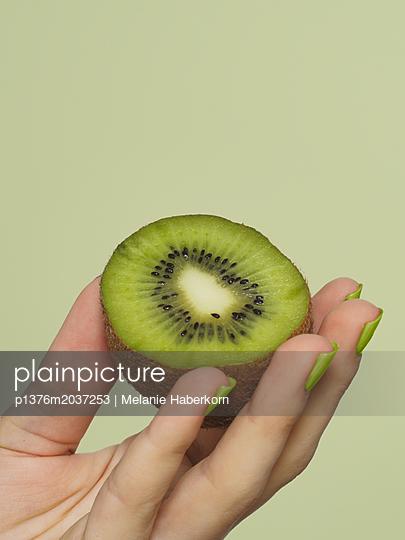 Innenansicht einer Kiwi - p1376m2037253 von Melanie Haberkorn