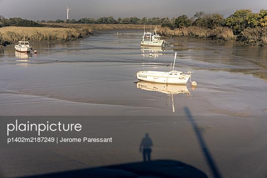 Schatten eines Mannes auf einem Boot - p1402m2187249 von Jerome Paressant