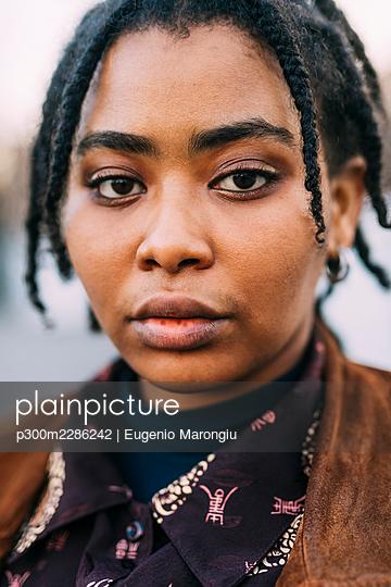 Young black woman posing outdoor - Italy; Lombardy; Milan - p300m2286242 von Eugenio Marongiu