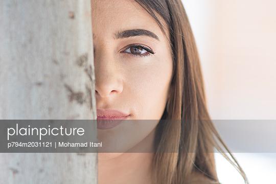 Hübsche junge Frau blickt in die Kamera - p794m2031121 von Mohamad Itani