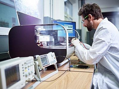 Technician checking 3D printer - p300m2005668 by Christian Vorhofer