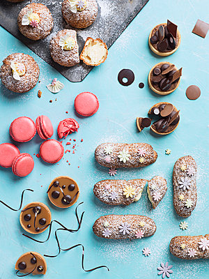 Various sweet bakes on blue background - p312m1229218 by Matilda Lindeblad