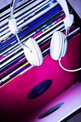 Schallplatten und Kopfhörer - p1149m2021191 von Yvonne Röder