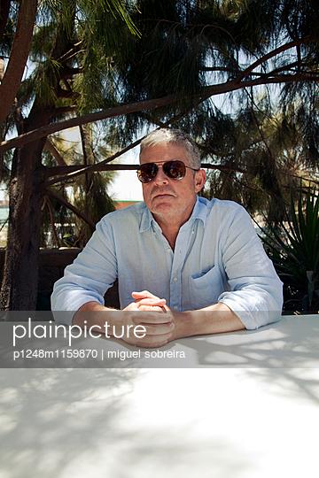 Älterer Mann mit Sonnenbrille - p1248m1159870 von miguel sobreira
