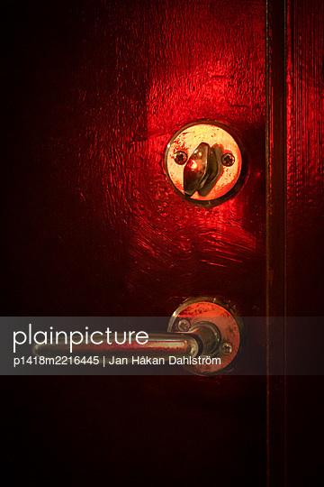 Red light on door handle and lock - p1418m2216445 by Jan Håkan Dahlström