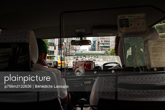 Tokyo, Inside car - p756m2122636 by Bénédicte Lassalle