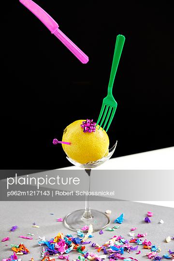 Konfetti, Zitrone und Plastikbesteck - p962m1217143 von Robert Schlossnickel