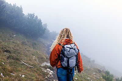 Young woman hiking in the Bavarian mountains - p300m2059454 von Tom Chance