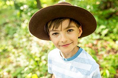 Portrait of a little boy scout - p300m2160756 von Fotoagentur WESTEND61