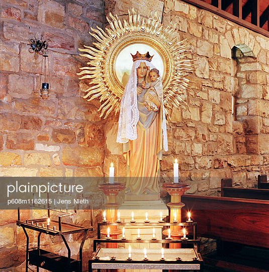 Heiligenfigur - p608m1162615 von Jens Nieth