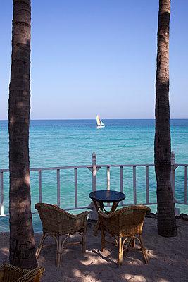 Terrasse am Meer - p304m1093918 von R. Wolf