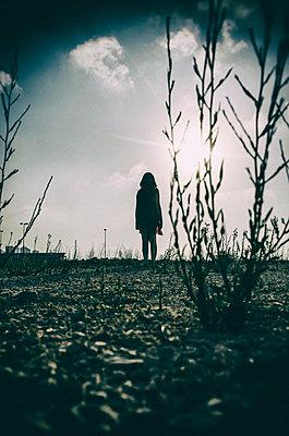 Frau auf einem Feld am Stadtrand - p794m933269 von Mohamad Itani