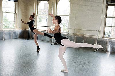 Ballerinas dancing in studio - p9245508f by Image Source