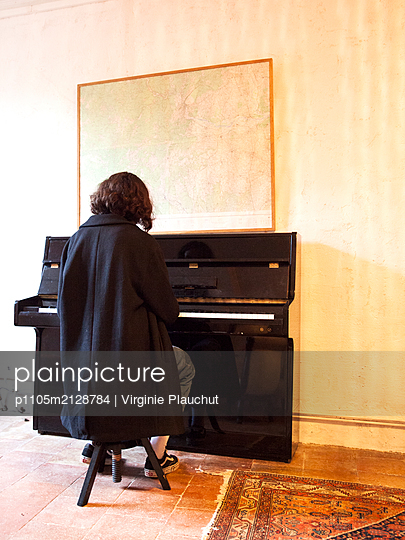 Woman playing piano - p1105m2128784 by Virginie Plauchut