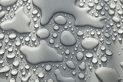 A light grey surface covered with water droplets - p1057m2133030 by Stephen Shepherd