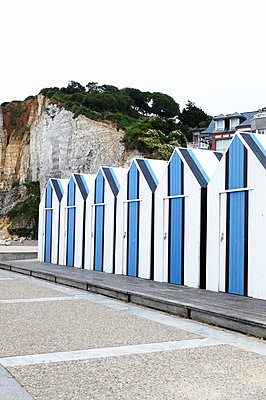 Bathing huts in a row - p1151m1194900 by Laure Ledoux