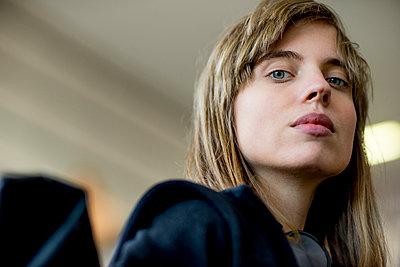 Junge Frau unterwegs mit der S-Bahn - Portrait - p1212m1136988 von harry + lidy