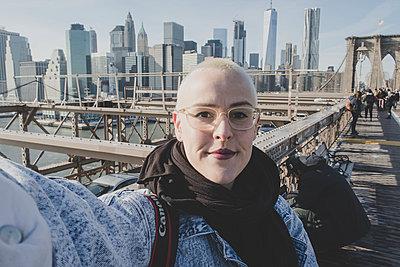 Selbstportrait auf der Brooklyn Bridge - p1345m1286181 von Alexandra Kern