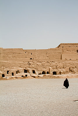 A woman in chador at the Narin castle, Meybod - p798m1042971 by Florian Löbermann