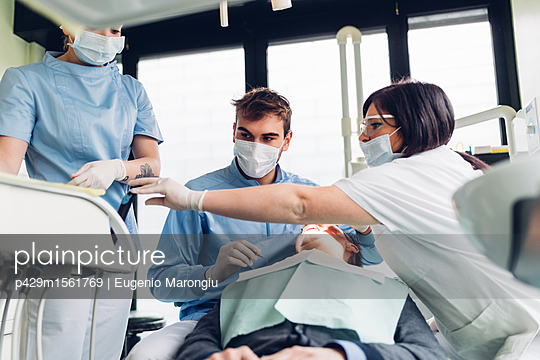 plainpicture - plainpicture p429m1561769 - Dentist looking into male p... - plainpicture/Cultura/Eugenio Marongiu