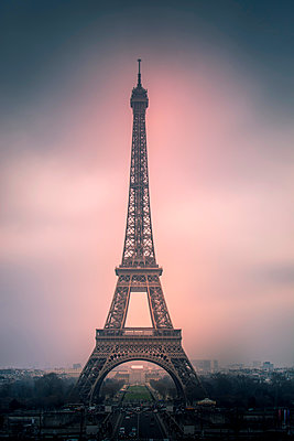 Eiffel Tower at sunset - p813m1332317 by B.Jaubert
